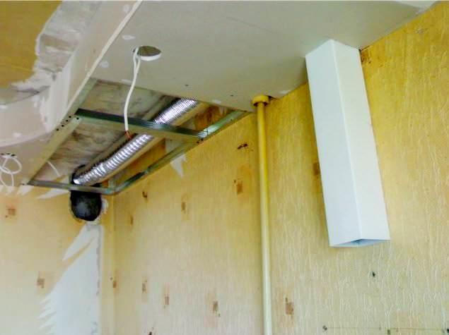 Эстетически непривлекательный воздуховод может быть скрыт под декоративным коробом из ГКЛ