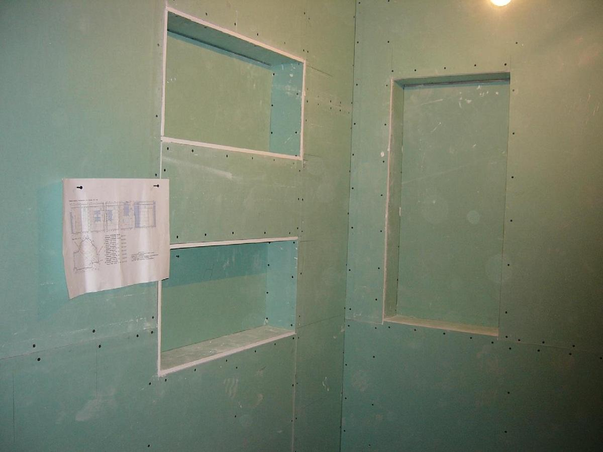 Перед созданием полок из гипсокартона в ванной нужно определится с их назначением