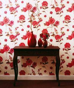Обои с цветами – наиболее распространенный материал для отделки жилых помещений