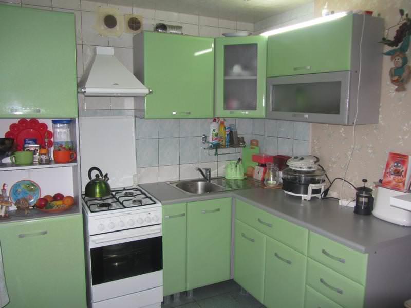 Если средства ограничены, рекомендуется потратить их на гарнитур, так как именно он является главной частью дизайна кухни