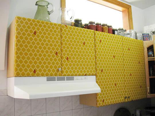 С помощью краски и трафарета можно дополнить фасады новыми деталями, которые освежат дизайн кухни