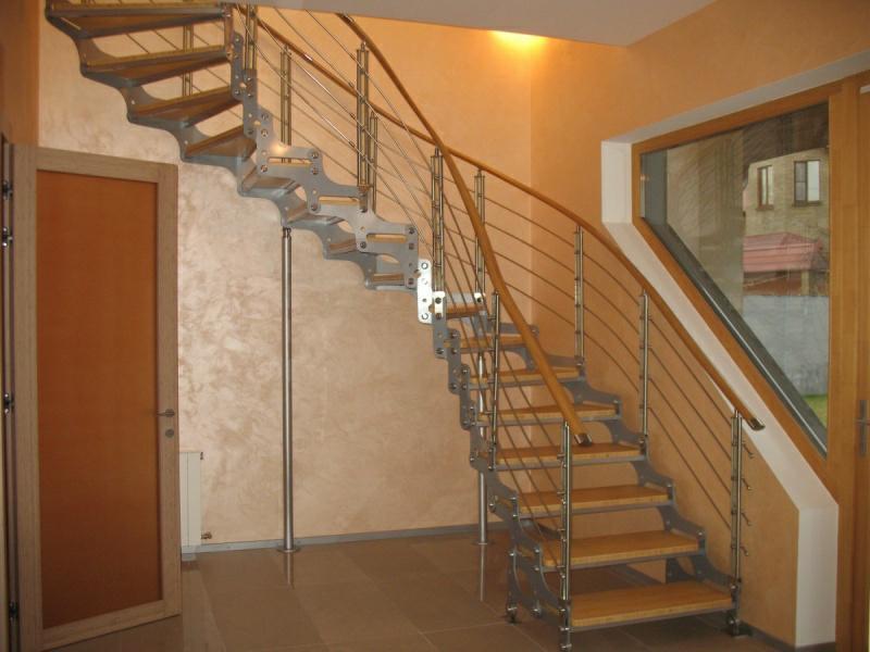 Стильно и современно дополнить интерьер помещения можно при помощи недорогой винтовой лестницы на второй этаж