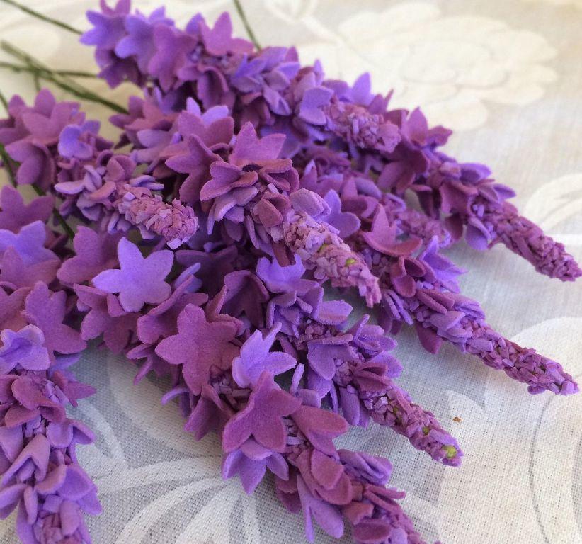 Если вы решили изготовить веточку лаванды, тогда следует заранее приобрести фоамиран фиолетового и зеленого цветов