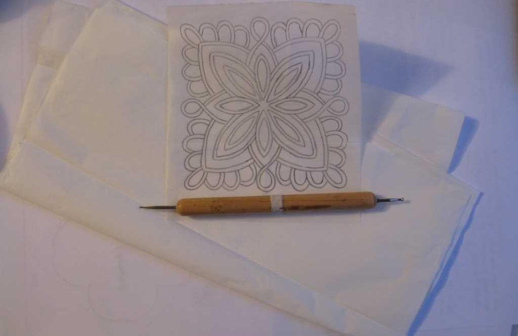 Для перевода рисунка через копировальную бумагу, необходимо для начала перенести узор на кальку