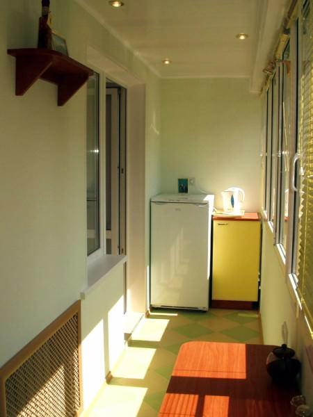 Как правило, холодильник и прочая бытовая техника занимают значительную часть пространства в и без того маленькой кухне. Вынести технику на балкон, оставив в кухне самую важную, - хороший способ расширить помещение