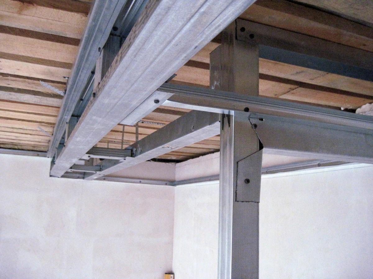 Качественный монтаж пластикового потолка зависит от правильной установки каркаса