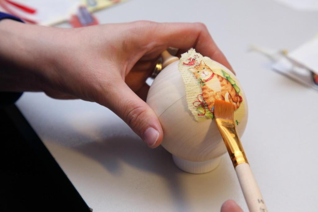 Интересный мастер-класс позволит более подробно ознакомиться с процессом декупажа елочного шара