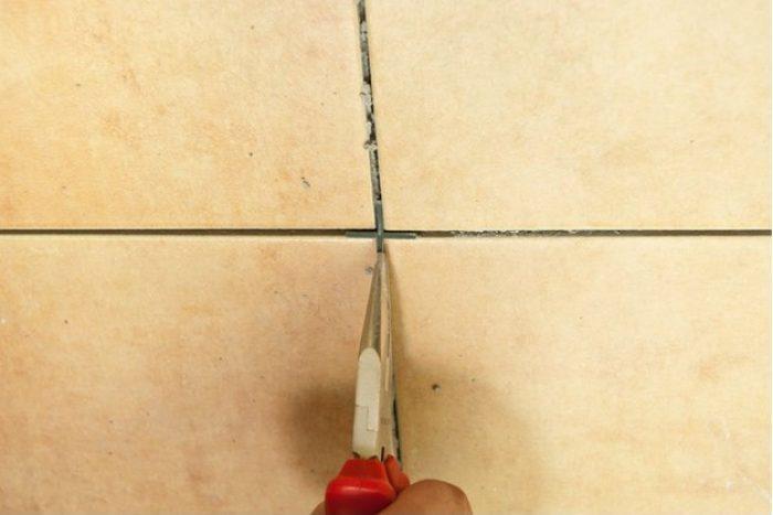 Замазать швы между плиткой