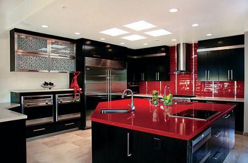 Если хотите сделать кухню строже - используйте преимущественно черный цвет, а красный должен служить дополнением и контрастом