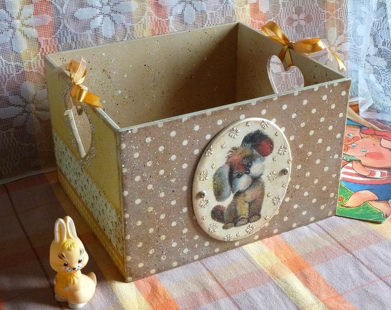 Используя интересные и оригинальные обои, можно сделать декупаж старой коробки для детских игрушек