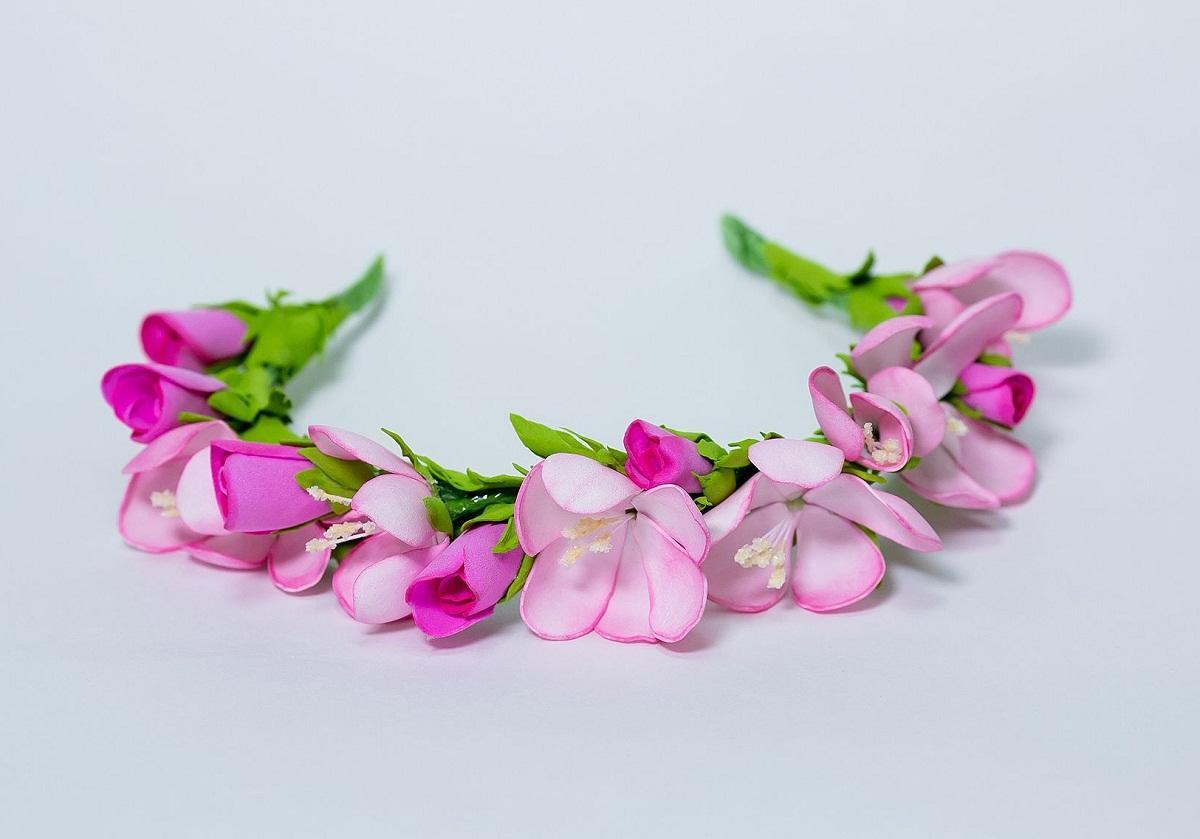 Благодаря маленьким цветам из фоамирана можно изготовить красивый обруч для волос
