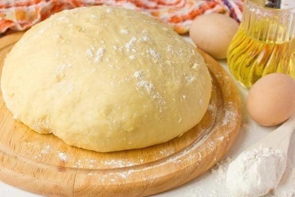 Приготовить дрожжевое тесто для пирожков довольно просто
