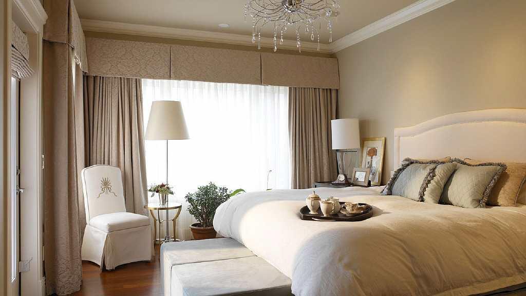 Самым лучшим вариантом будет поклейка обоев нейтральных и светлых цветов: они не будут привлекать внимание к себе и, соответственно, к размерам комнаты