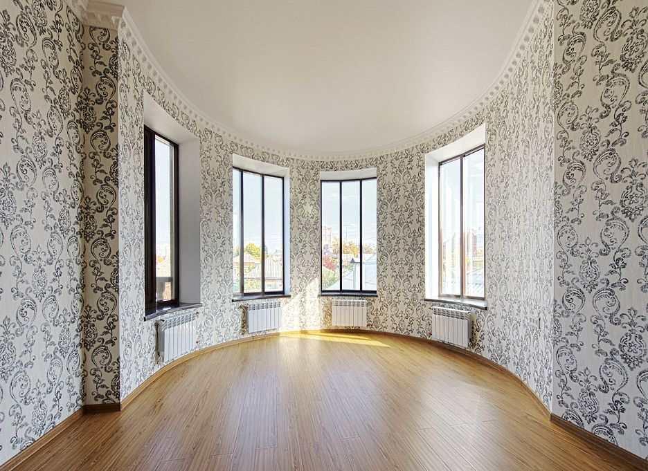 Обои выполняют не только эстетическую роль: они способны скрыть многие недостатки комнаты