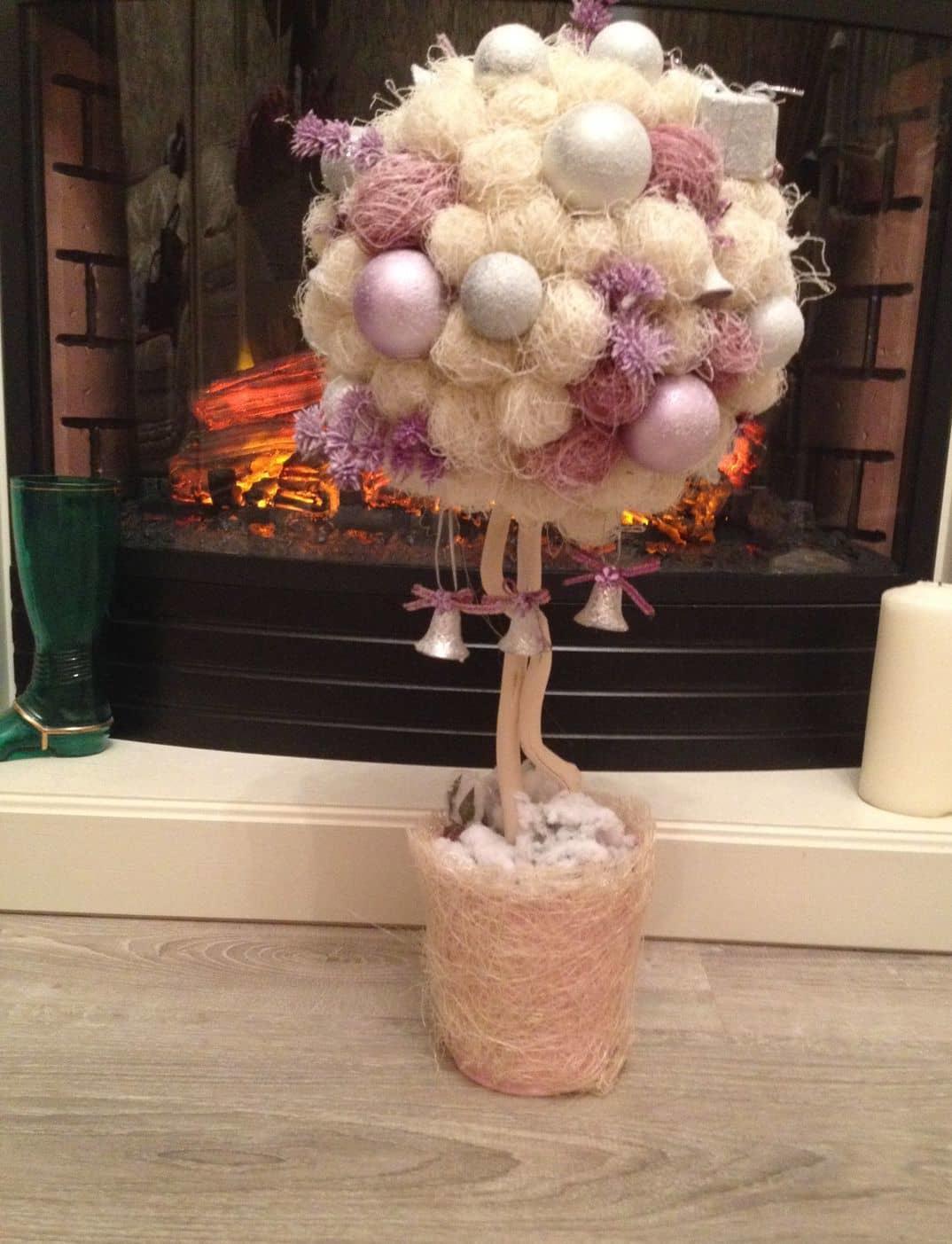 Зимний топиарий станет отличным украшением для вашей комнаты. Его красота и оригинальность всегда порадует вас