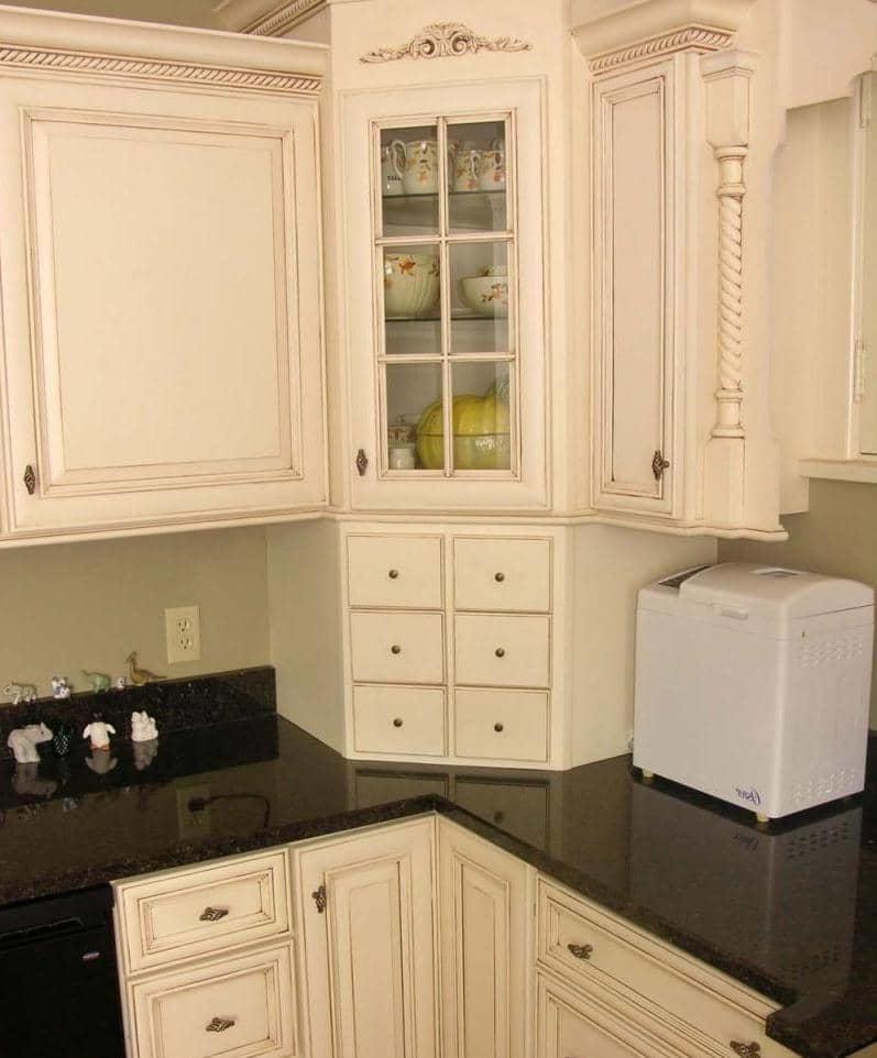 Преимущество углового кухонного шкафа в том, что он даёт возможность максимально эффективно использовать незадействованное пространство кухни