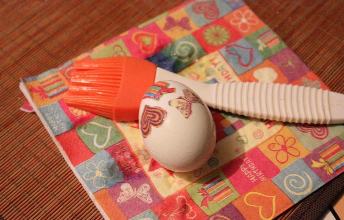 Если для декупажа яиц вы используете салфетки, то рекомендуется применять многослойные