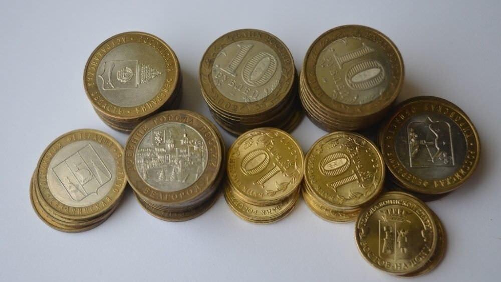Для денежного топиария лучше взять золотые десятирублевые монетки – они выглядят очень презентабельно