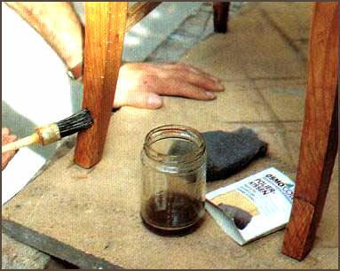 Покрывая стулья лаком дома, открывать форточки для проветривания следует не только после проведения работ, но и во время