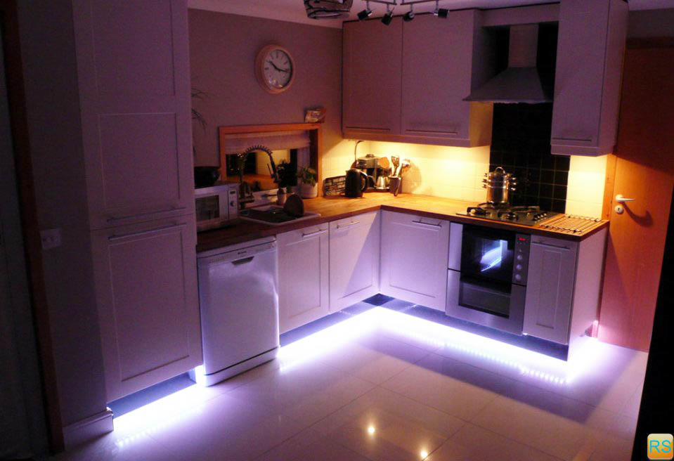 Подсветка кухонного гарнитура по низу - редкое, а потому очень оригинальное решение