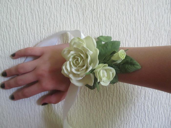 Роза из зефирного фоамирана станет прекрасным дополнением к любому аксессуару