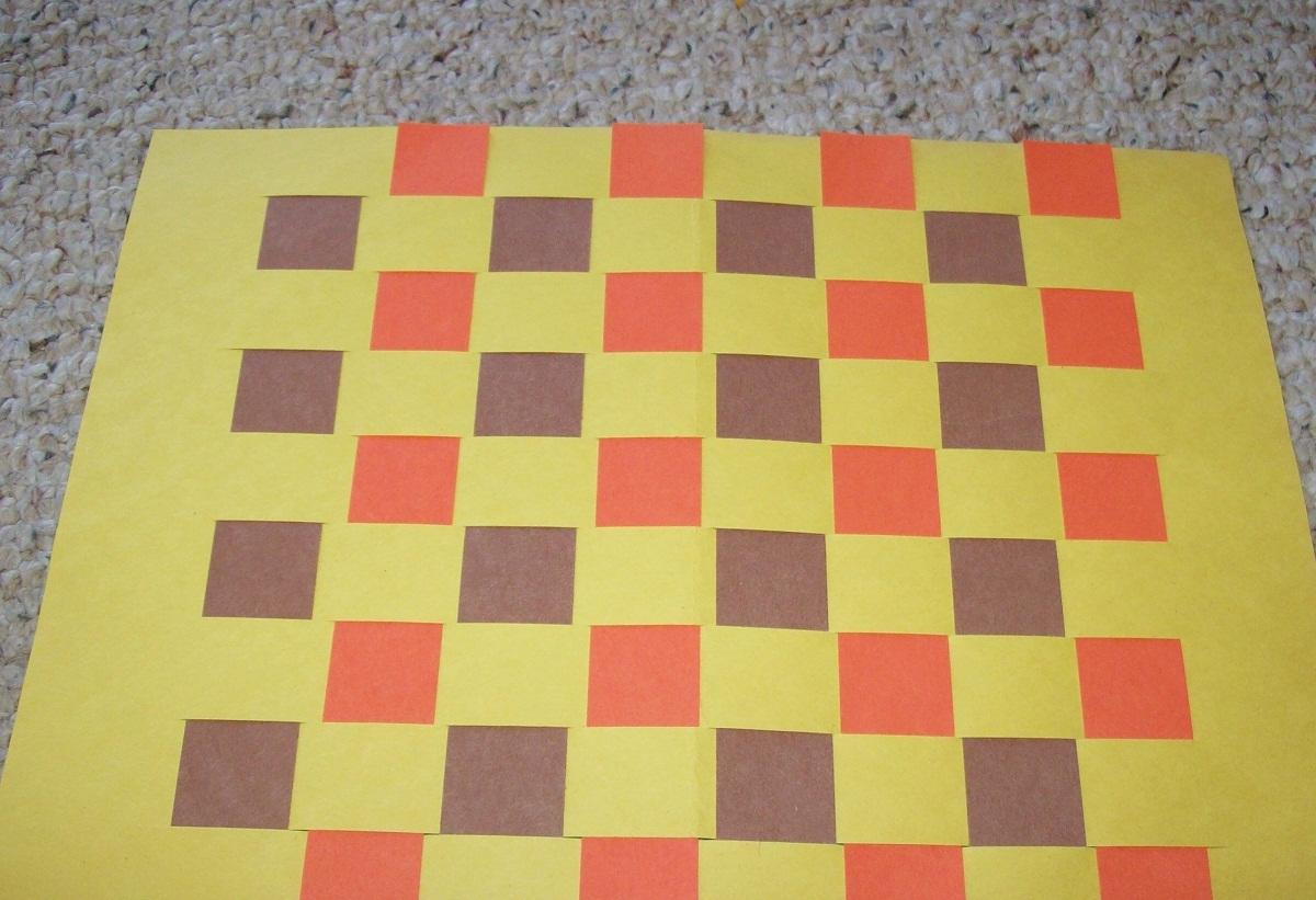 Благодаря бумаге можно сделать практичную шахматную доску