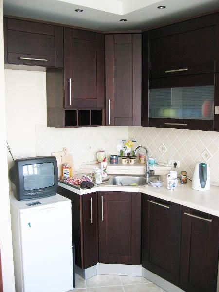 Маленький холодильник будет в небольшой кухне наиболее предпочтительным