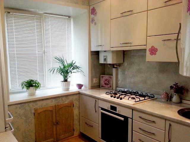 Чтобы сделать небольшую кухню функциональной, ее площадь можно задействовать в высоту