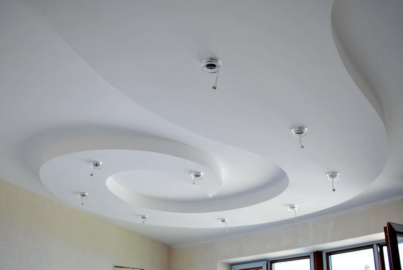 Для натяжных потолков подходят встраиваемые, поверхностные и накладные споты