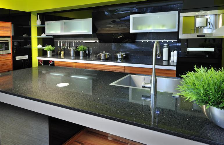 Кухонные столы с черным искусственным камнем выглядят необыкновенно, к тому же очень практичны