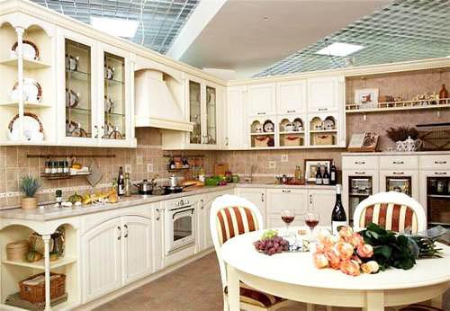 Интерьер кухни в классическом стиле - универсальный вариант, который будет нравиться большинству гостей