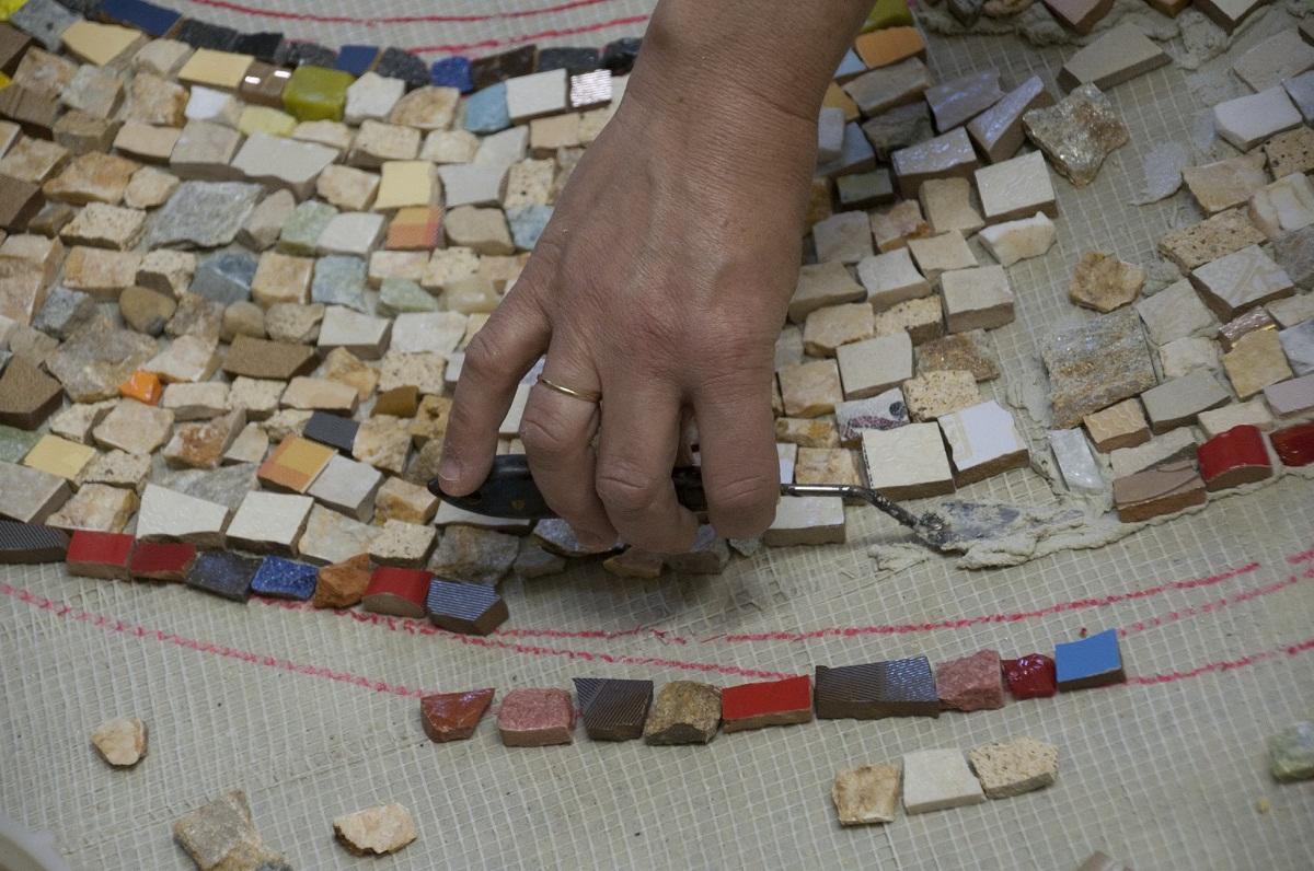Материалы для столешницы из мозаики стоят недорого, поэтому их сможет позволить себе каждый