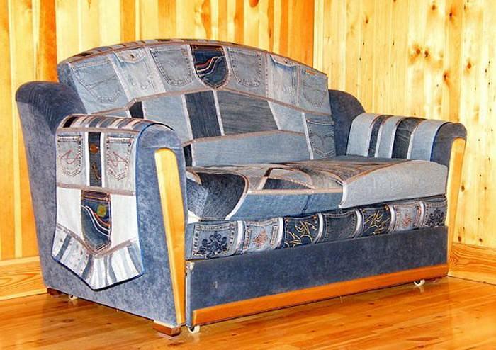 Старые разнохарактерные джинсовые изделия можно гармонично соединить в виде обивки дачного дивана
