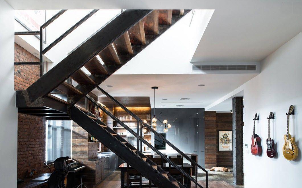 Отлично дополнит современный интерьер квартиры-студии оригинальная лестница в стиле лофт