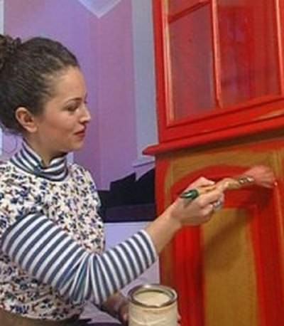 Покраска кухонной мебели может включать в себя декорирование «под старину»