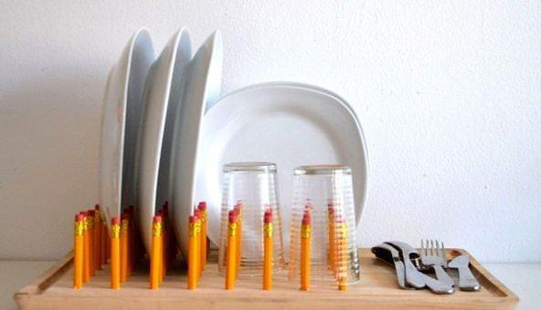 Настольная сушилка для посуды может быть изготовлена из простых карандашей и ненужной разделочной доски