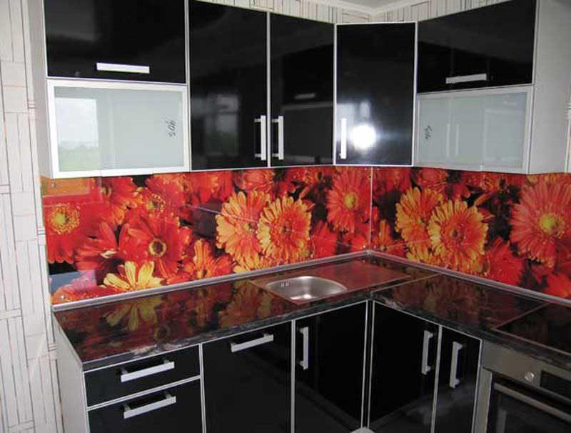Пластиковые фасады кухни выглядят очень стильно и привлекательно