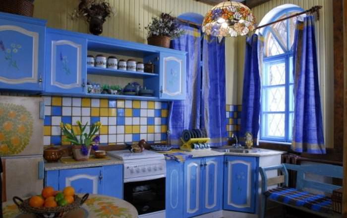 Современные кухни в стиле прованс не обязательно могут быть выполнены в кремовом или белом цвете