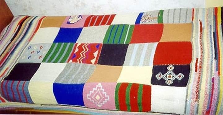 Из старых свитеров, шарфиков и шапок можно создать самобытный предмет интерьера своими руками