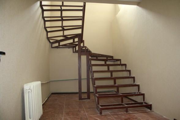 При изготовлении металлической лестницы понадобятся трубы и швелерры