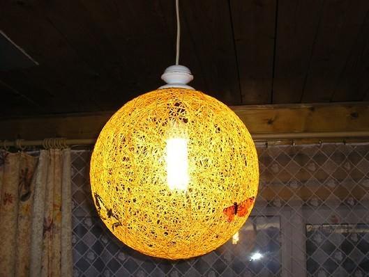 Абажур из нитей желтого цвета подобно солнцу будет освещать вашу кухню и сделает ее уютнее