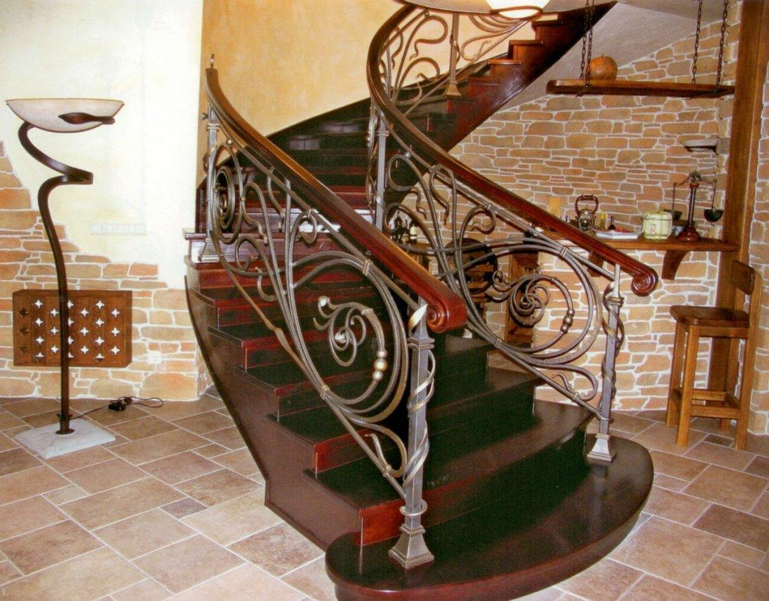 Для лестницы в стиле модерн характерны красивые кованные перила и деревянные <strong>интерьеров</strong> ступени