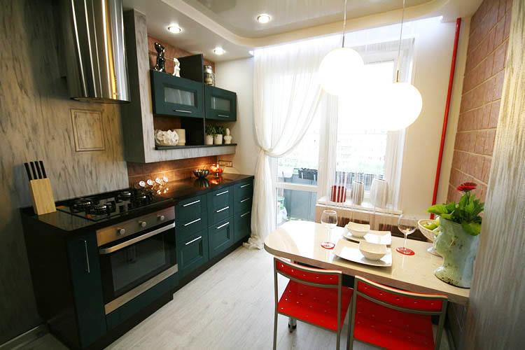 Чтобы сделать кухню оригинальнее, можно комбинировать отделку стен. К примеру, на одной стене использовать обои, а на другой плитку