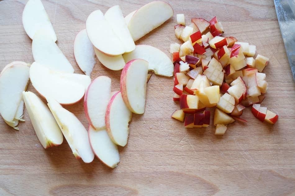 Готовим начинку: моем яблоки и сливы, затем нарезаем их кубиками и добавляем сахар