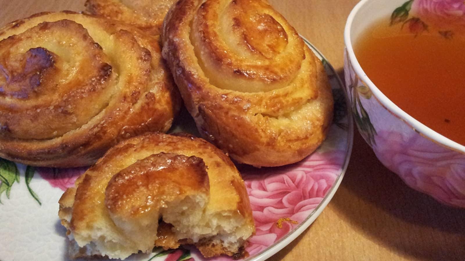 Сытные, вкусные и аппетитные булочки с сахаром — идеальное сладкое угощение для гостей