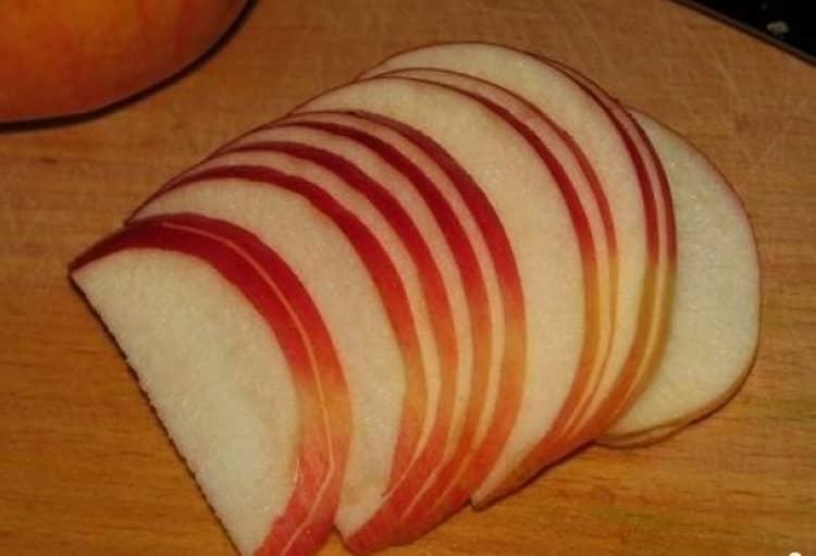 Моем яблоки, вырезаем сердцевину и нарезаем тонкими дольками