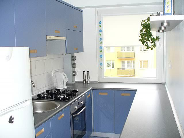 Для небольшой узкой кухни оптимальной является компактная и эргономичная мебель