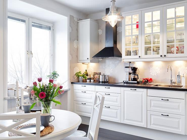 В кухне 15 кв. м скандинавский стиль будет как нельзя кстати. Стиль подразумевает светлые оттенки, обилие естественного света и в целом светлую атмосферу уюта и легкости