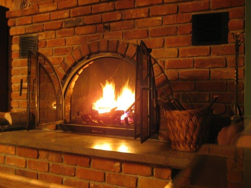 Очаг с прогорающими в нем дровами является символом уюта и тепла