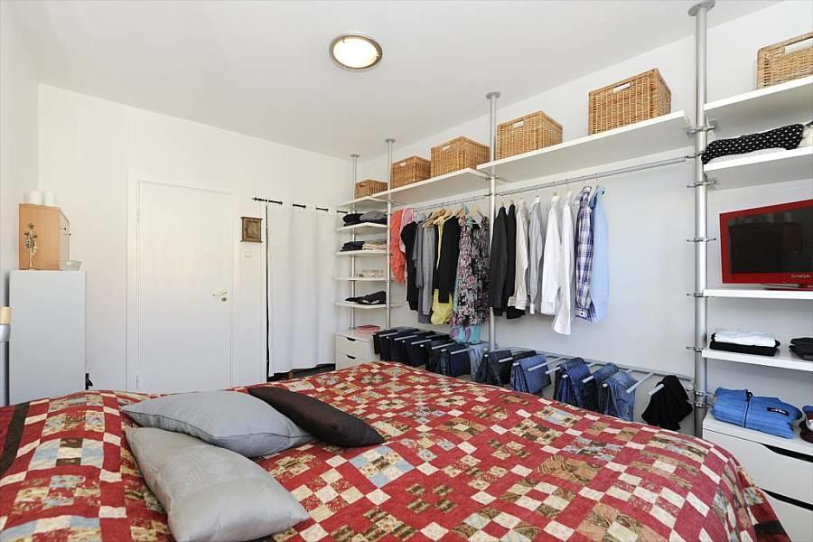 Гардеробная в спальне: фото дизайна, шкаф из гипсокартона, встроенная в маленькой, зона за кроватью, дверь в отдельную